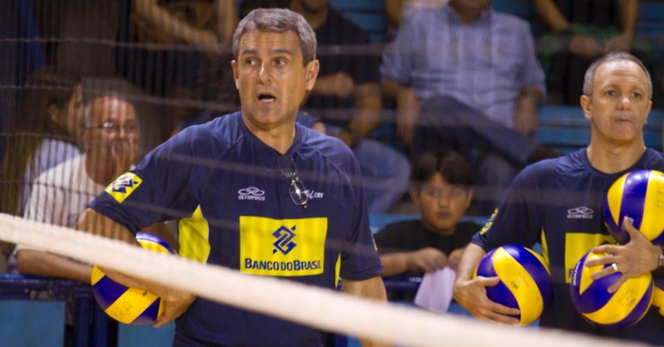 Técnico José Roberto Guimarães comanda treino da seleção brasileira feminina de vôlei antes da Copa do Mundo
