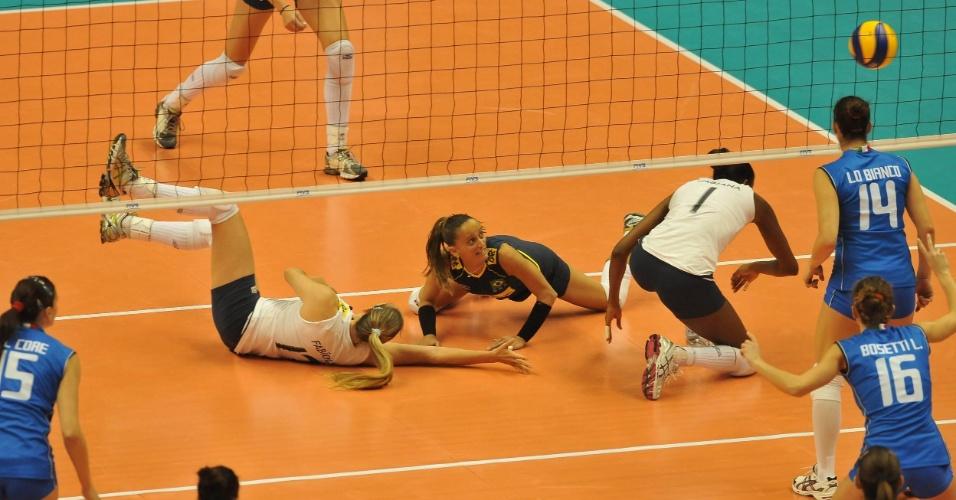 Fabíola, Fabi e Fabiana tentam salvar bola na derrota para a Itália na Copa do Mundo (12/11/2011)