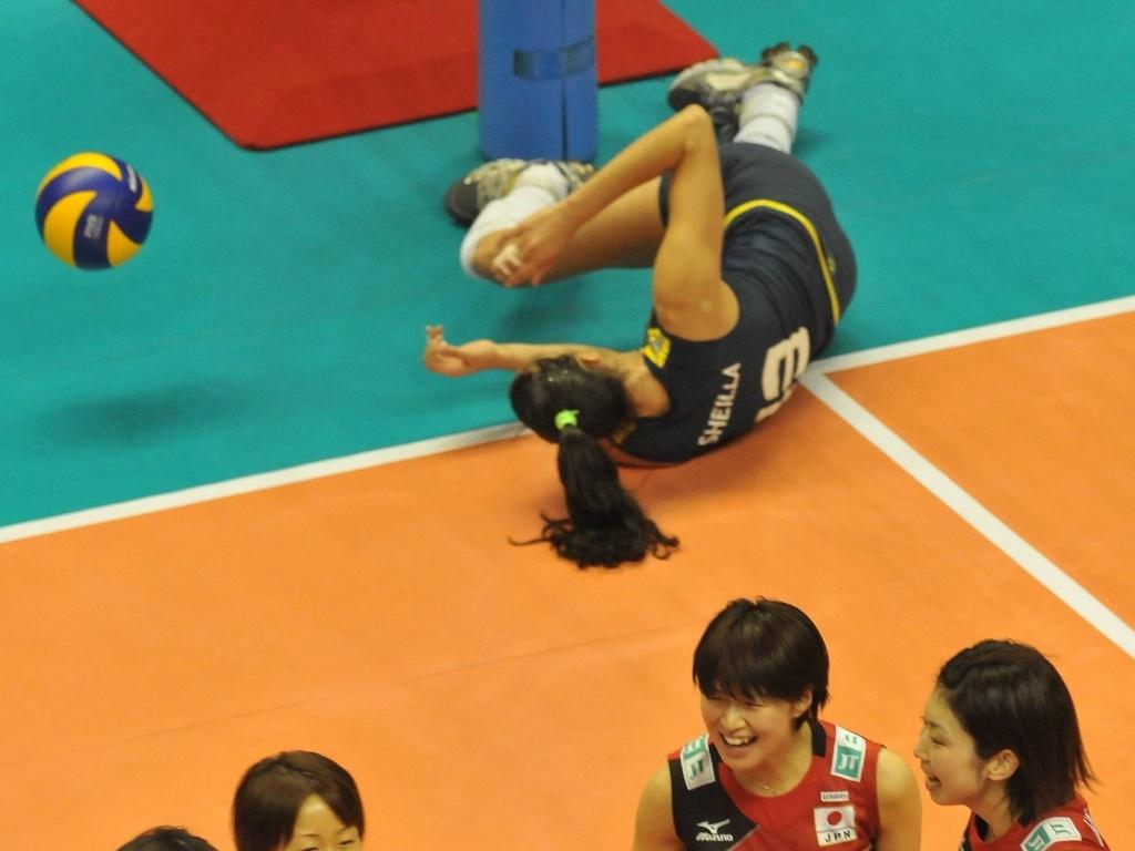 Sheilla fica caída, enquanto japonesas comemoram ponto na vitória por 3 sets a 0 sobre o Brasil (13/11/2011)