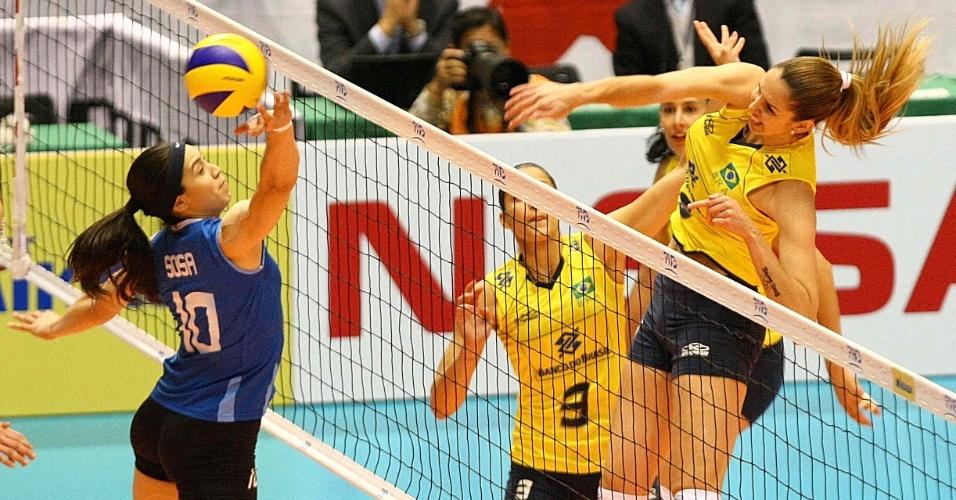 Thaísa ataca contra o bloqueio argentino na vitória do Brasil na Copa do Mundo do Japão (16/11/2011)