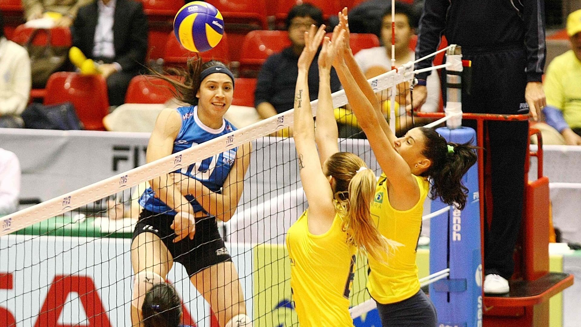 Thaísa e Sheilla tentam bloquear ataque da Argentina na vitória por 3 sets a 0 na Copa do Mundo (16/11/2011)