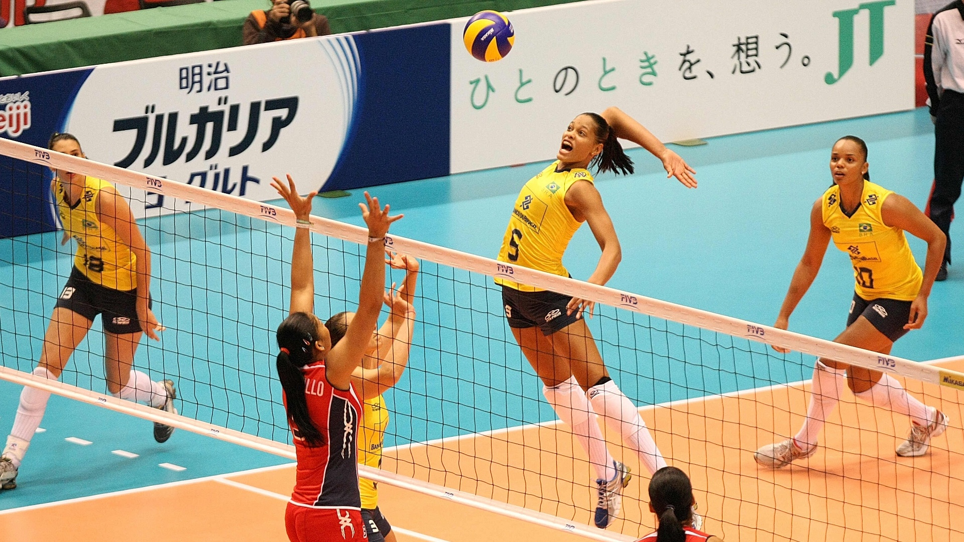 Adenízia salta para marcar ponto contra as dominicanas pela Copa do Mundo de Vôlei (18/11/2011)