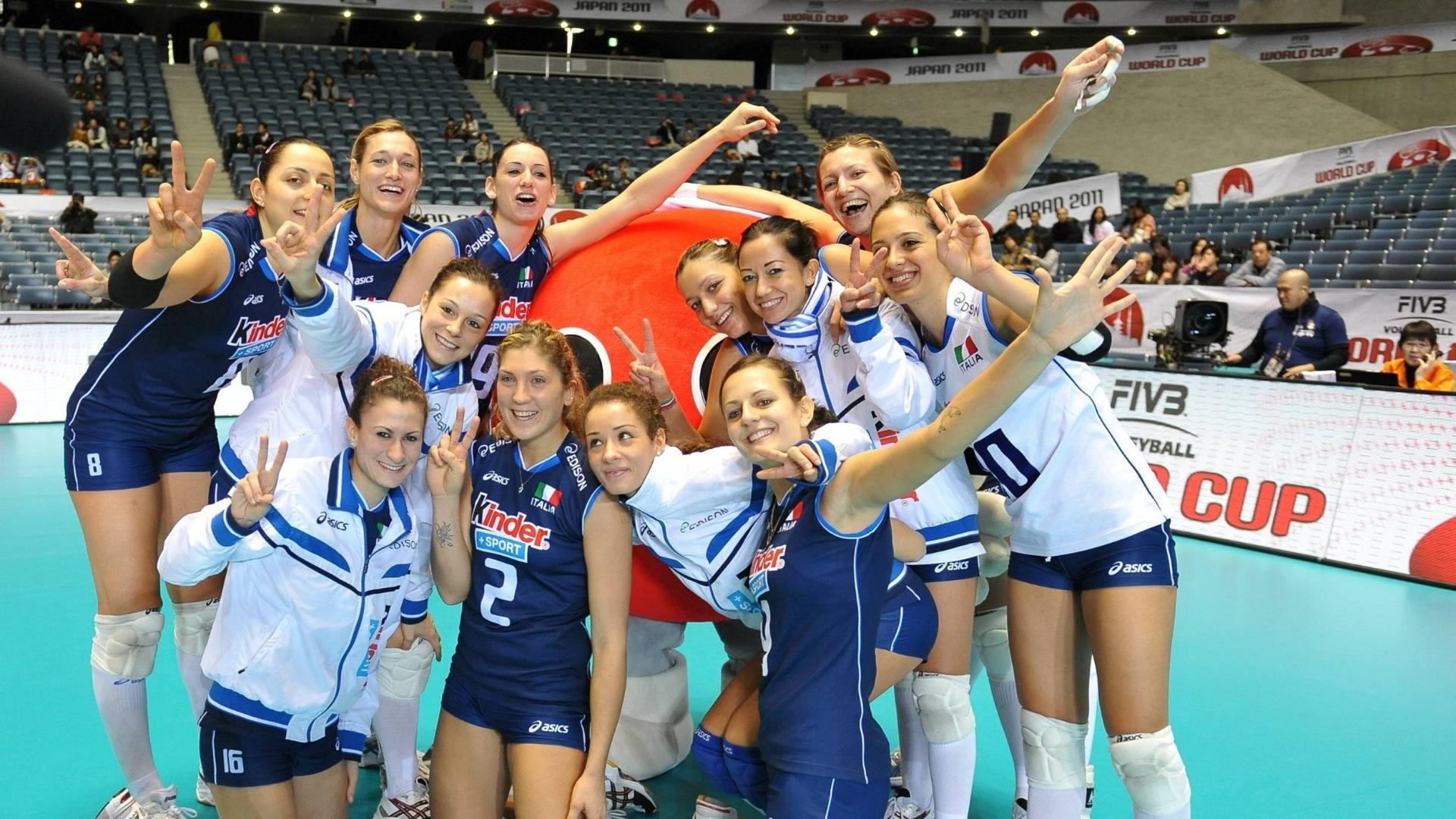 Italianas comemoram após a vitória contra o Quênia na Copa do Mundo de vôlei no Japão (18/11/11)