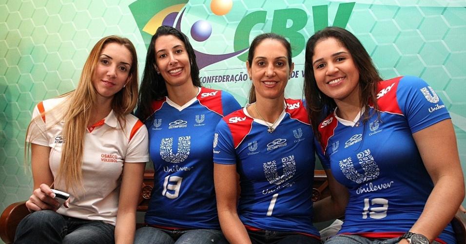 Thaisa, Sheilla, Fernanda Venturini e Natalia posam juntas durante o lançamento da Superliga feminina de vôlei (29/11/2011)