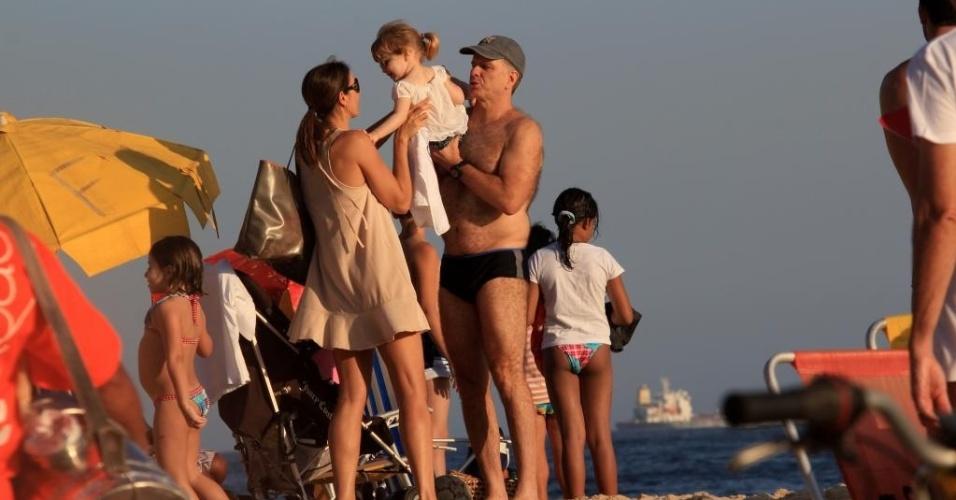 Bernardinho curte praia de Ipanema no Rio de Janeiro ao lado da mulher Fernanda Venturini (24/12/2012)