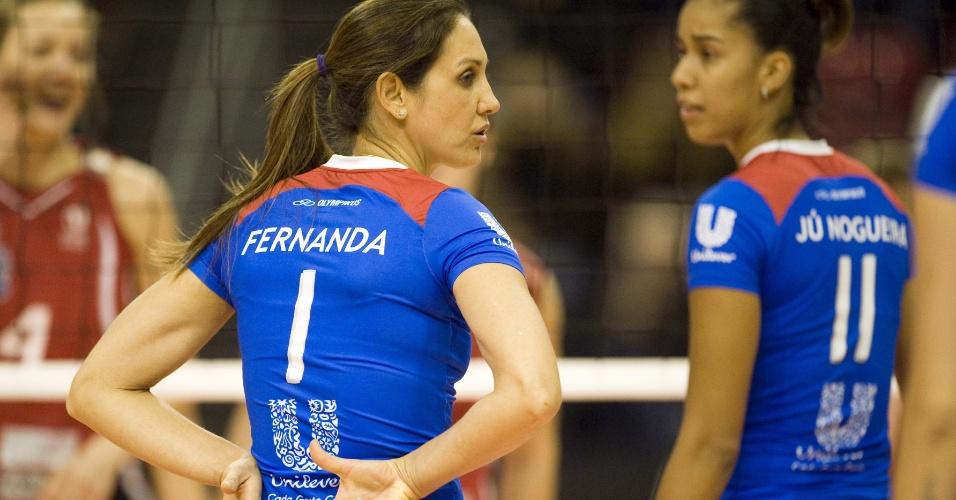 Fernanda Venturini combina jogada em lance do jogo entre Unilever e Volero pelo Top Volley na Suíça